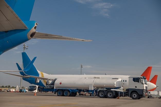 Avion en ravitaillement à l'aéroport avant le vol avec un ciel bleu en arrière-plan. avion, concept de transport