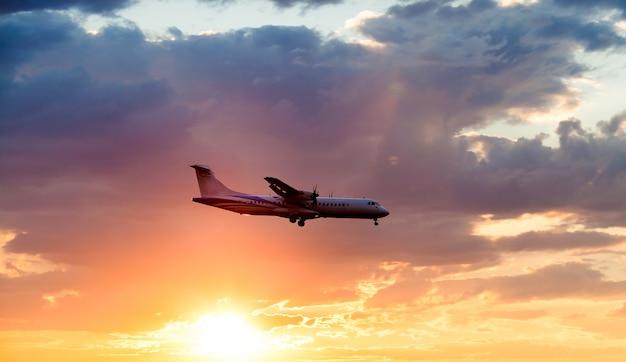 Avion à réaction dans le ciel. l'avion vole haut au-dessus des nuages.