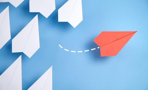 Avion rouge changeant de direction. pense differemment. affaires. nouvelle idée. la créativité