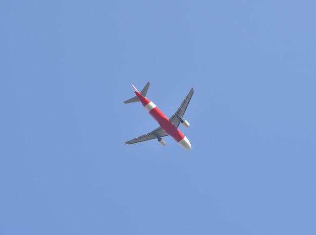 Avion s'envolant vers le ciel bleu