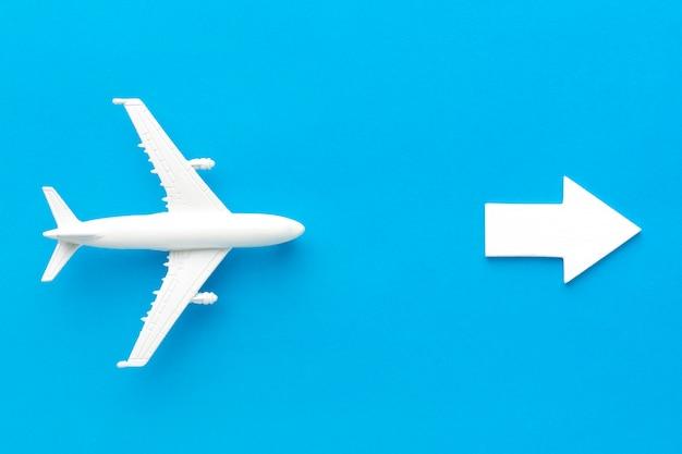 Avion Suivant La Flèche Pointant Vers La Droite Photo Premium
