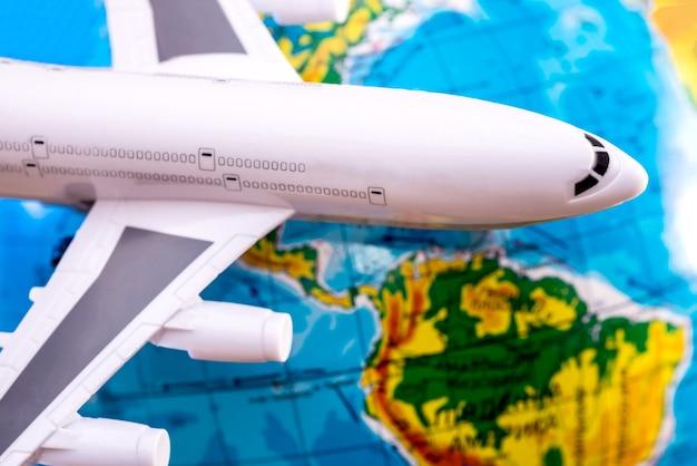 Avion à la surface du globe