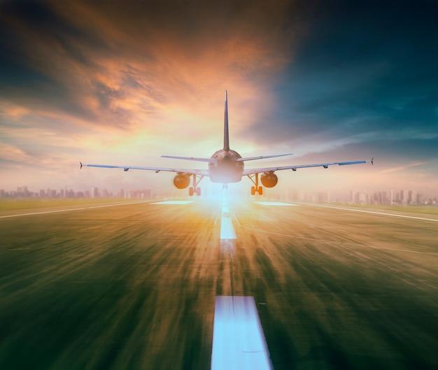 Avion survolant piste d'aéroport