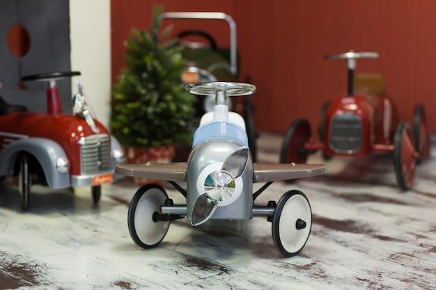 Avion de voiture pour enfants de style rétro sur lequel les enfants peuvent monter