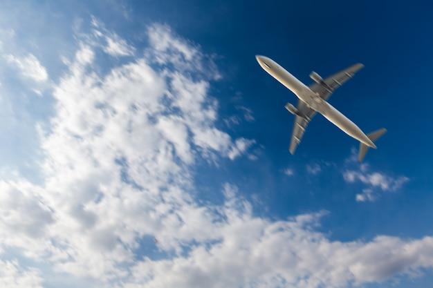 Avion volant au-dessus du ciel