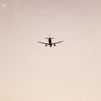 Avion volant dans le ciel au coucher du soleil