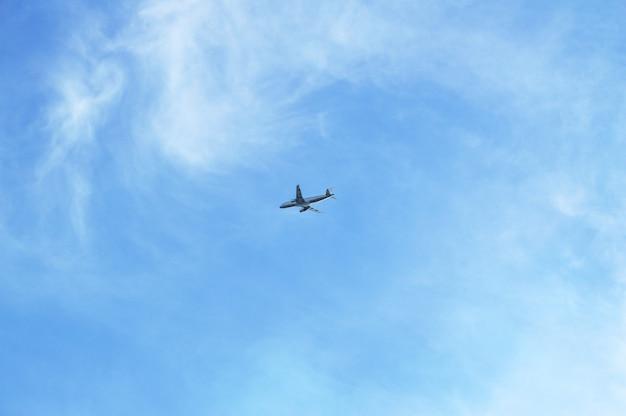 Avion volant dans le ciel bleu, concept de voyage, espace de copie vide.