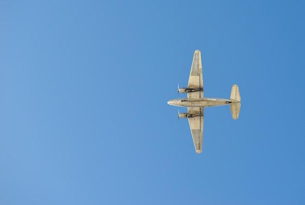 Avion volant dans le ciel - voyage en avion
