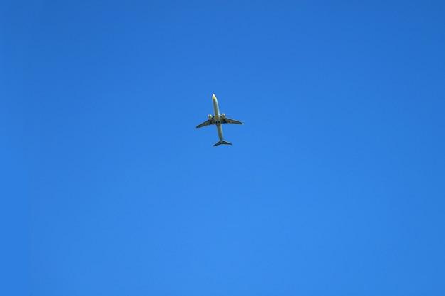 Avion volant à travers le ciel clair bleu vibrant