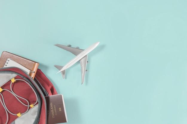 Un avion vole hors du sac à dos d'un voyageur