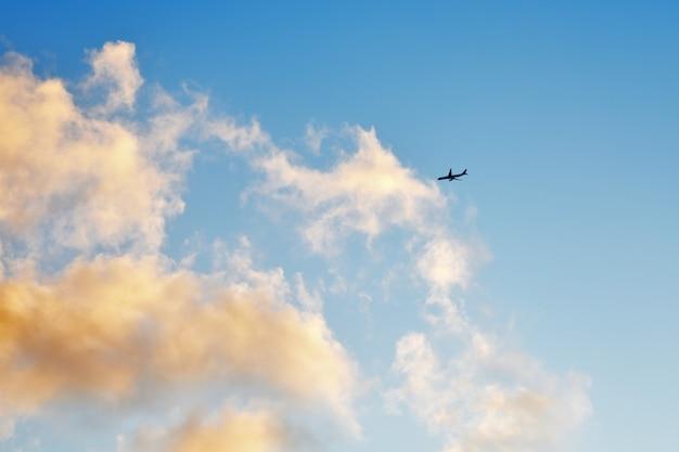 L'avion vole à travers les nuages