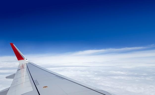 Avion voler au-dessus du ciel nuageux