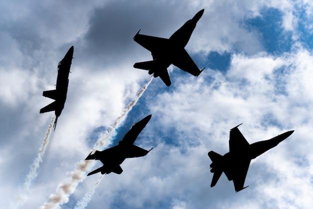 Des avions bleus américains se produisent dans un spectacle aérien