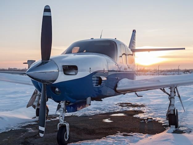 Avions garés dans un petit aéroport. avion léger sur un aérodrome privé
