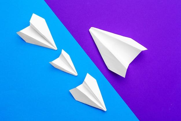 Avions en papier blanc