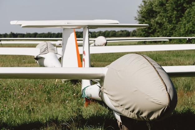 Avions sans moteur à voilure fixe de planeur couverts sur l'aérodrome