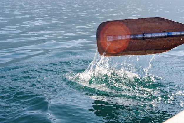 Aviron dans l'eau de mer