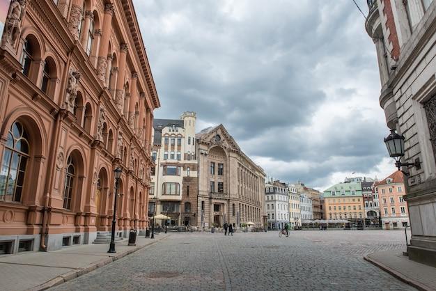 Avis d'art museum riga bourse sur la place du dôme dans la vieille ville de riga, lettonie.