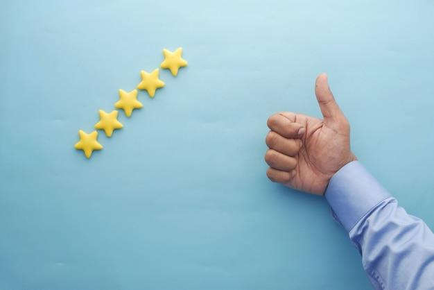 Avis client concept notation étoiles dorées sur fond bleu