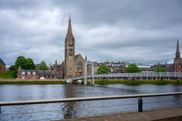 Avis de greig street bridge avec l'église du nord libre d'écosse en arrière-plan sur la rivière ness à inverness, écosse