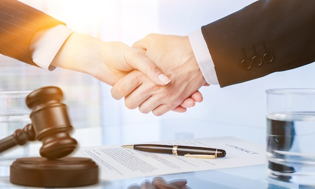 L'avocat accorde le divorce au service professionnel du notaire financier