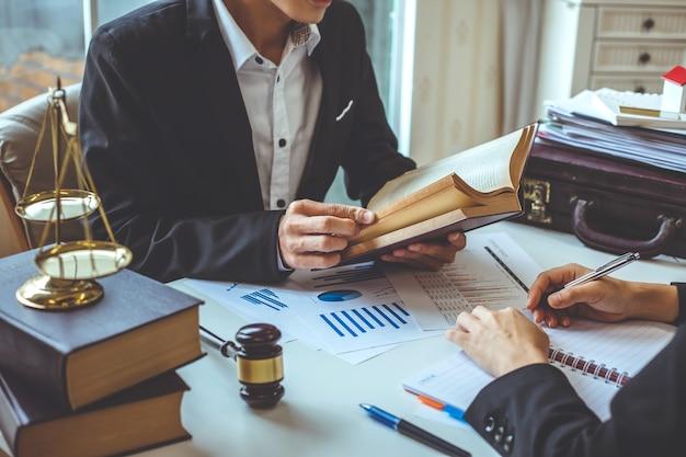 Avocat d'affaires travaillant sur la législation juridique dans la salle d'audience pour aider leur client.