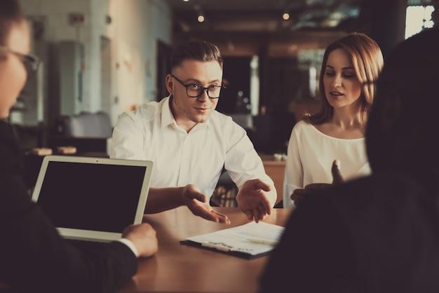 Un avocat aide les personnes aux conditions du contrat