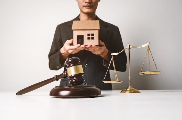 Avocat en assurance immobilière travaillant dur