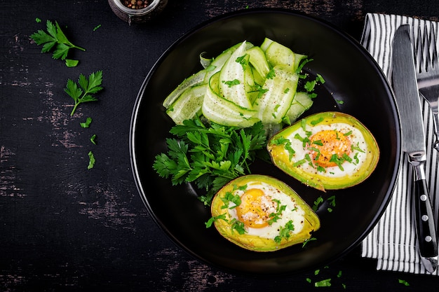 Avocat au four avec œuf et salade fraîche. plat végétarien. vue de dessus, au-dessus. régime cétogène. keto food