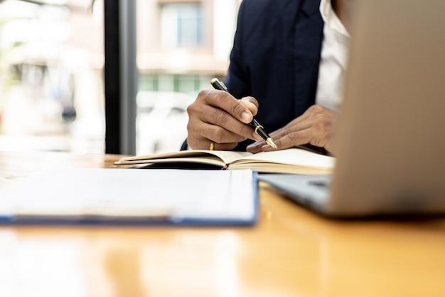 Un avocat cherche des informations sur une affaire de fraude à porter devant les tribunaux dans le cadre d'une action en justice à partir de laquelle un client a intenté une action en justice contre un employé d'une entreprise qui commet une fraude. concept de litige de fraude