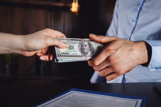 Avocat avec le client faisant un accord. fin de la réunion.