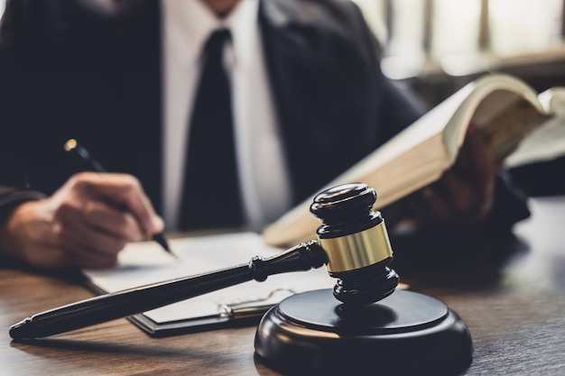 Avocat ou conseiller de juge travaillant avec un contrat d'entente dans la salle d'audience