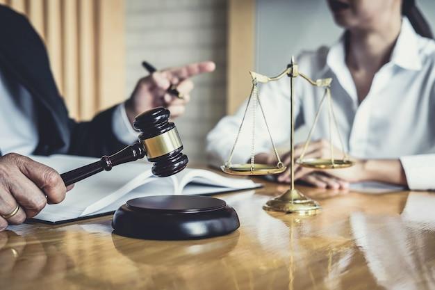 Un avocat ou un conseiller travaillant dans une salle d'audience doit rencontrer le client lors d'une consultation