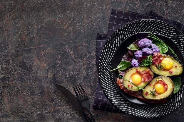 Avocat cuit au four avec oeuf et bacon