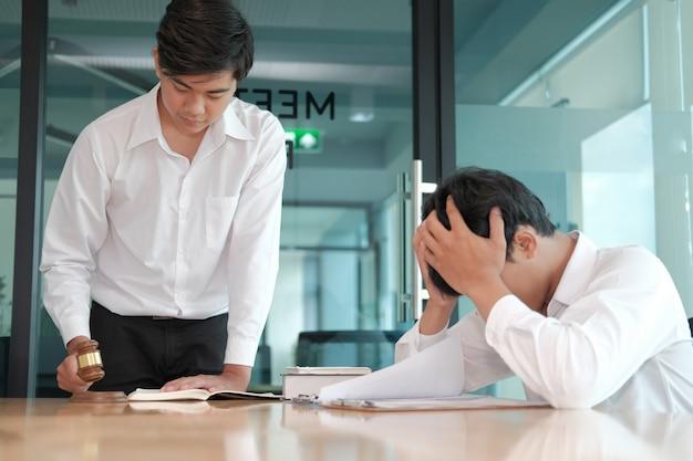 Un avocat donne des conseils à un homme désespéré. homme d'affaires discutant de la législation juridique au cabinet d'avocats. réunion de l'équipe de juges au tribunal