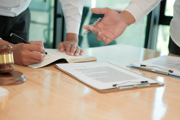 L'avocat donne des conseils à l'homme. homme d'affaires discutant de la législation juridique au cabinet d'avocats. réunion de l'équipe de juges au tribunal