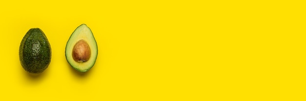 Avocat entier et demi sur un jaune vif