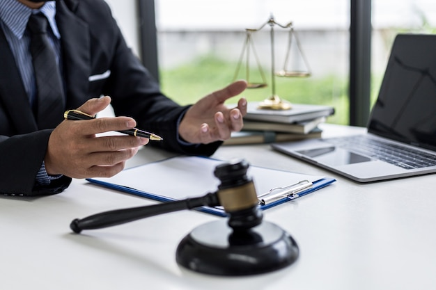 Un avocat expliquant les détails de l'affaire et la loi à son client comme moyen de lutter contre le procès, le client a consulté un avocat spécialisé dans la fraude. concept de consultation contentieuse d'experts juridiques.