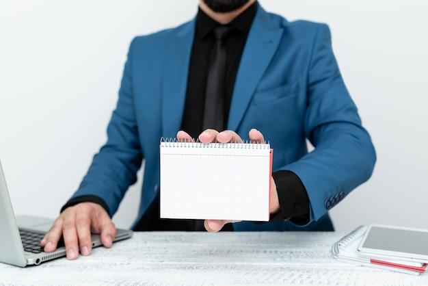 Avocat expliquant les procédures du procès, agent immobilier offrant une propriété, homme d'affaires présentant de nouvelles entreprises commerciales, professeur donnant des conseils sur une leçon