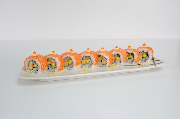 Avocat farci au saumon, tamago, kani, rouleau de sushi au cornichon et sauce mayonnaise