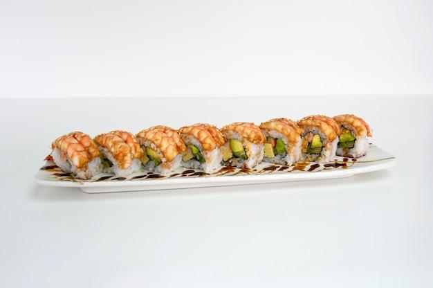Avocat farci aux crevettes, kani, tamago, rouleau de sushi au cornichon et sauce teriyaki