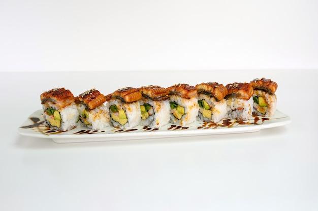 Avocat farci fumé unagi, tamago, kani, rouleau de sushi au cornichon et sauce teriyaki