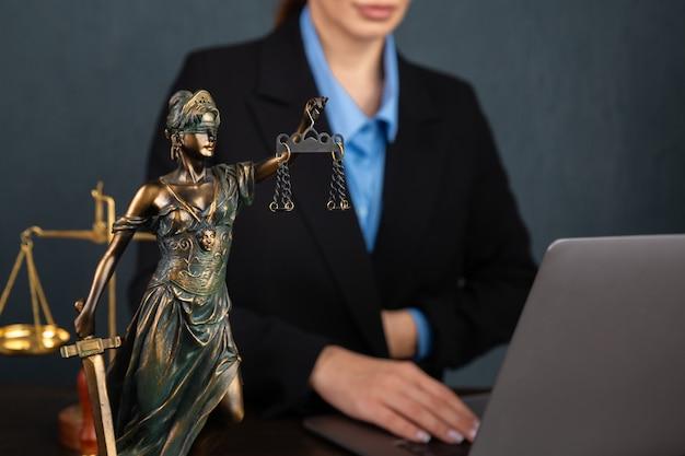Avocat femmes d'affaires travaillant et notaire signe les documents au bureau