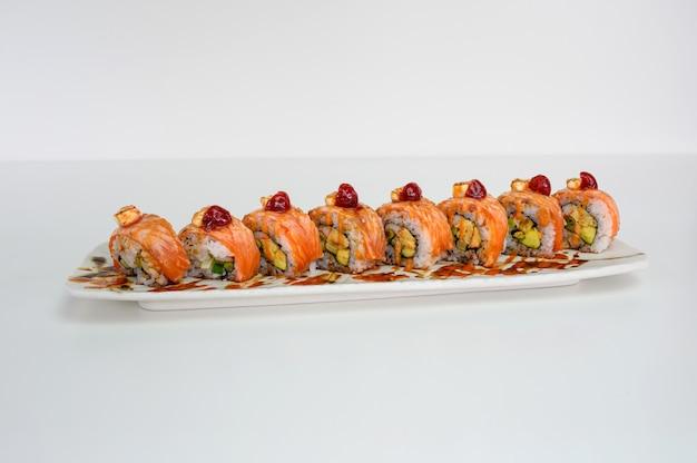 Avocat fourré au saumon fumé, kani, tamago, rouleau de sushi au cornichon et fromage à la crème