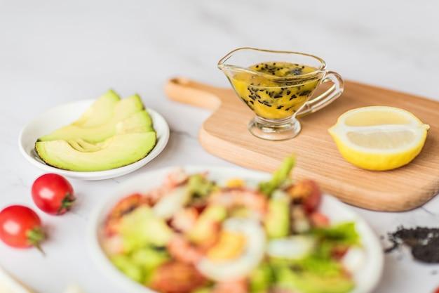Avocat frais, crevettes, salade de mangue avec laitue, tomates cerises