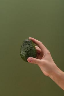 Avocat frais dans un concept de nourriture saine et de végétarisme à la main de l'homme