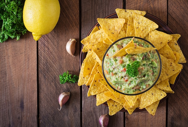 Avocat guacamole, citron vert, tomate, oignon et coriandre, servi avec nachos - snack mexicain traditionnel