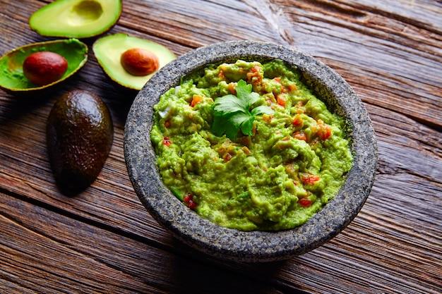 Avocat guacamole sur molcajete real mexicain