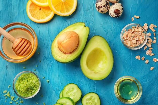Avocat avec des ingrédients pour les cosmétiques naturels faits maison