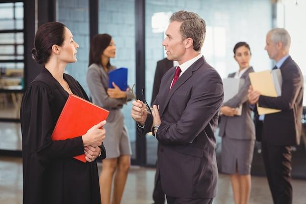 Avocat en interaction avec l'homme d'affaires